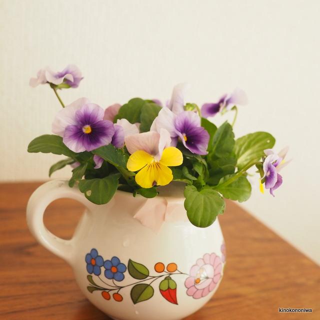 花瓶に生けたビオラ